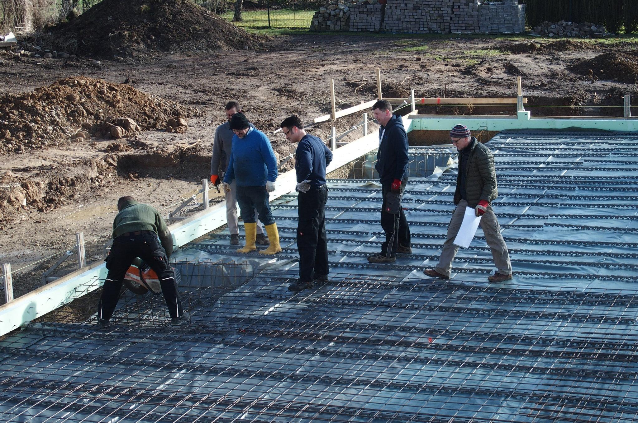 Viele helfende Hände bereiten Bodenplatte vor