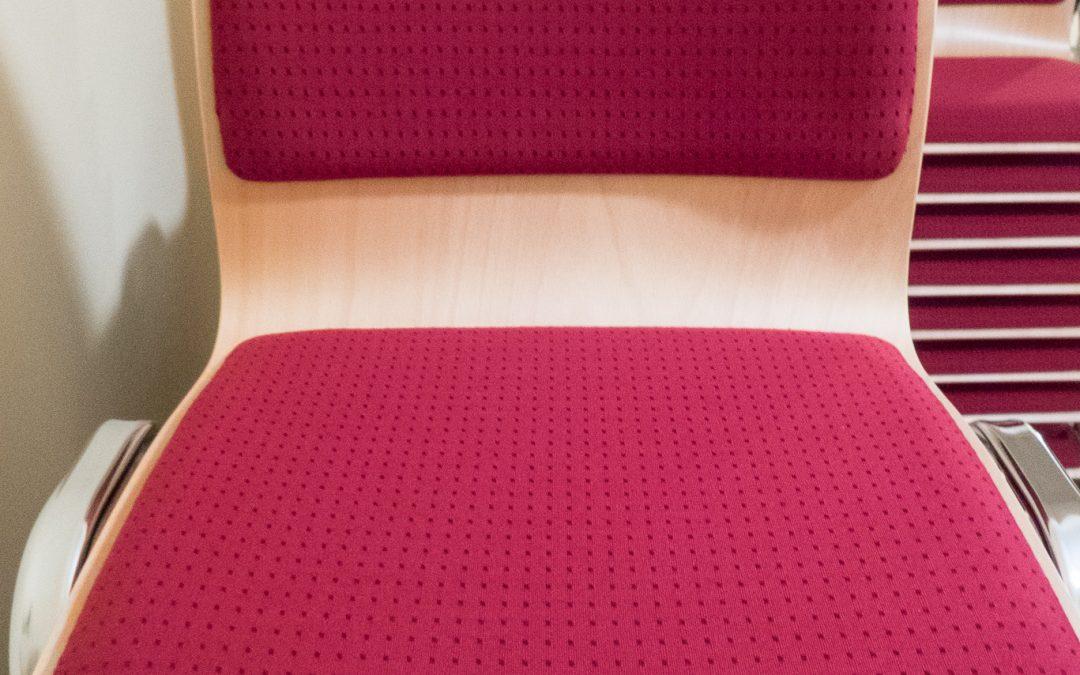 Stühle und Tische für das alte Klassenzimmer